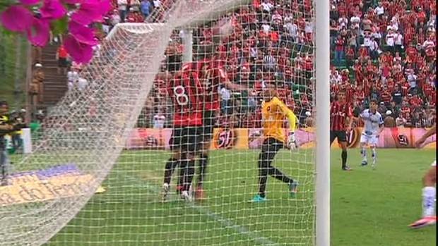 Lance Duvidoso: Bola do Paraná Clube entrou ou não no gol do Atlético-PR (Foto: reprodução RPCTV)