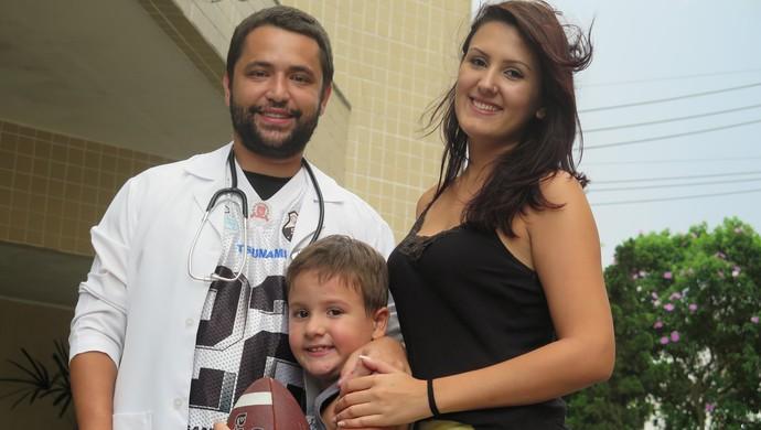 Por causa de Elimar, a esposa e o filho também gostam de futebol americano (Foto: Cássio Lyra)