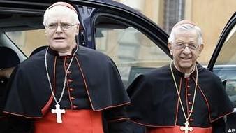Os cardeais brasileiros Dom Odilo Scherer e Geraldo Magella Agnelo chegam a mais uma reunião no Vaticano (Foto: AP)