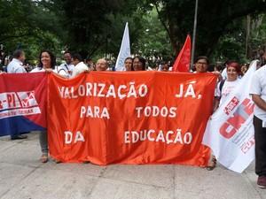Em protesto, profissionais percorreram ruas no Centro da capital (Foto: Kassyus Lages)