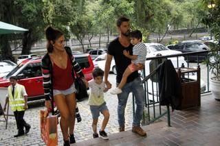 Juliana Paes e família no aniversário de Maria Flor (Foto: MARCOS FERREIRA             /Brazil News)