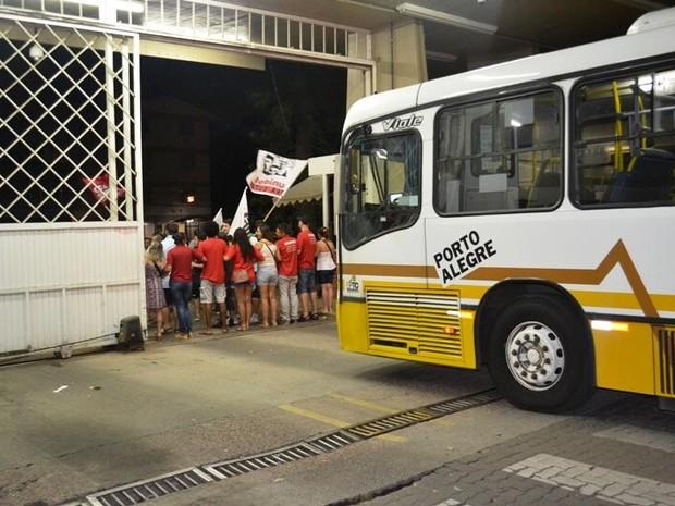 Pelo menos 30 pessoas barram a saída de ônibus da empresa Carris em Porto Alegre (Foto: João Paulo Magalhães/Divulgação)