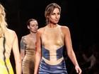 Mariana Weickert desfila com look transparente e mostra demais