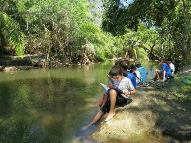 Estudantes têm aula na beira de lago devido ao calor (Foto: Reprodução/Tv Morena)