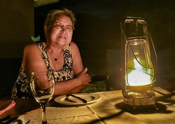 Mitiko Magalhães, durante jantar em safári fotográfico na África do Sul, reflete sobre sua infância e o uso do lampião (Foto: © Haroldo Castro/Época)
