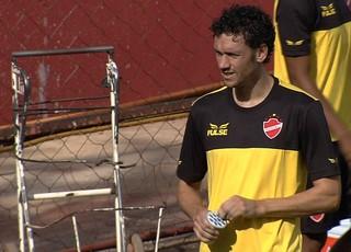 Gustavo Bastos, zagueiro do Vila Nova (Foto: Reprodução/TV Anhanguera)