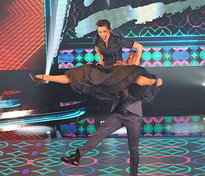 Sophia Abrahão voa durante o rock do 'Dança' (Foto: Carol Caminha / Gshow)