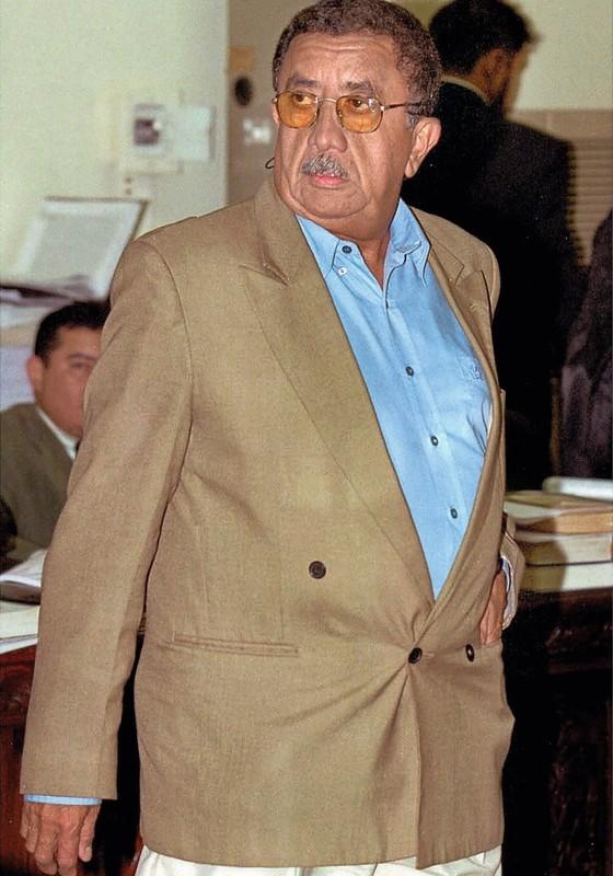 O coronel Pantoja chega ao tribunal para seu julgamento em 2002. Ele foi condenado a 228 anos de prisão (Foto: Paulo Amorim/AFP)