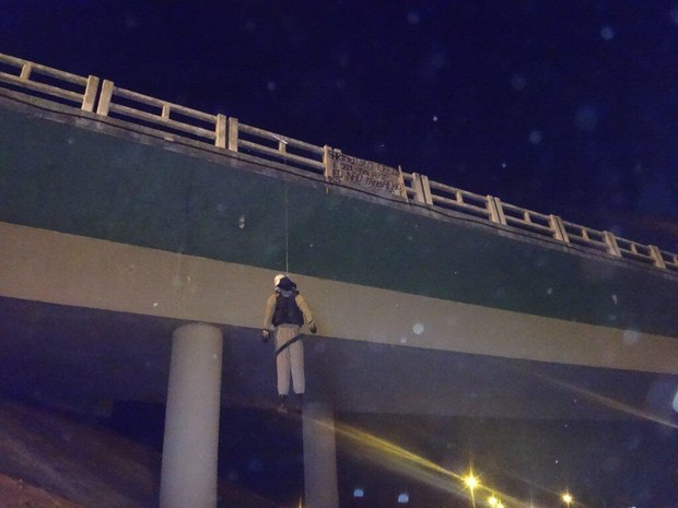 Em Rio Grande, boneco com farda policial foi pendurado em viaduto (Foto: Ecosul/Divulgação)