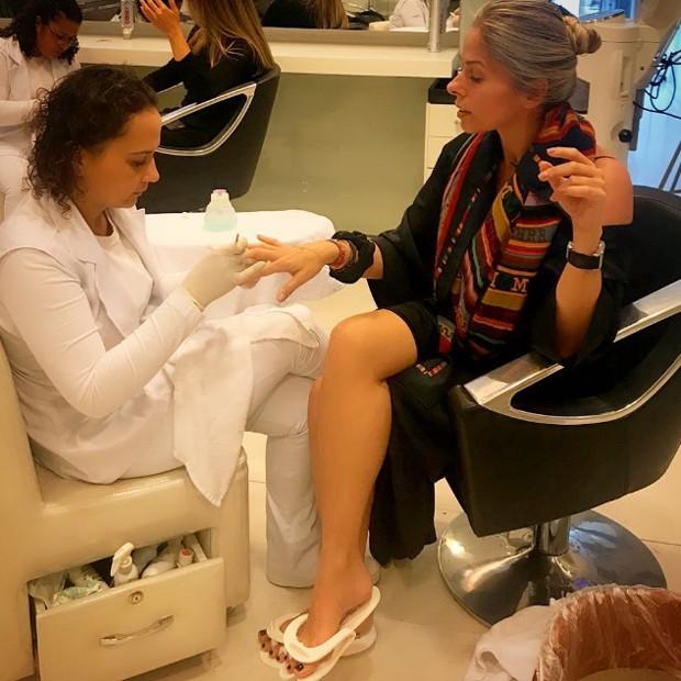 Adriane Galisteu faz as unhas das mãos e dos pés em salão de beleza de SP (Foto: Reprodução/Instagram)