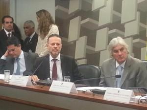 No centro, Luciano Coutinho, presidente do BNDES  (Foto: Alexandro Martello/G1)