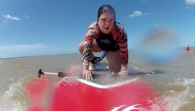Fernanda tem 25 anos e pratica surf em Manguinhos.  (Foto: Reprodução/ TV Gazeta)