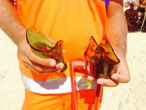 Cacos de vidro na areia, trabalho para os garis e perigo para os banhistas (Foto: Glenda Almeida/G1)