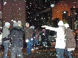 Turistas se divertem com a neve em São Joaquim (SC). (Foto: Anselmo Nascimento / Mural / Futura Press)