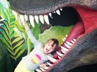 Rafaella Justus brinca dentro de boca de dinossauro