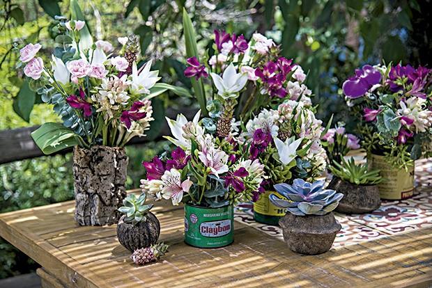 Para os arranjos, a irmã florista Lu Haddad usou latinhas antigas e recipientes de fibras naturais como cachepôs  (Foto: Cacá Bratke/Editora Globo)