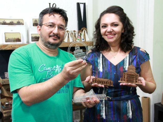 Arquiteta Silvana Coutinho e designer gráfico Mário Jorge Lima são responsáveis pelos trabalhos no Estúdio Recorte (Foto: Jamile Alves/G1 AM)