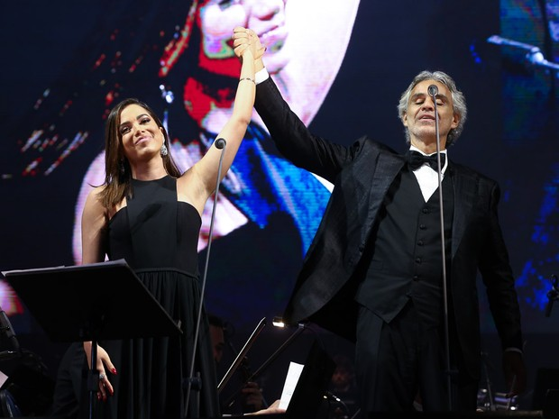 Anitta e Andrea Bocelli em show em Curitiba, no Paraná (Foto: Manuela Scarpa/ Brazil News)