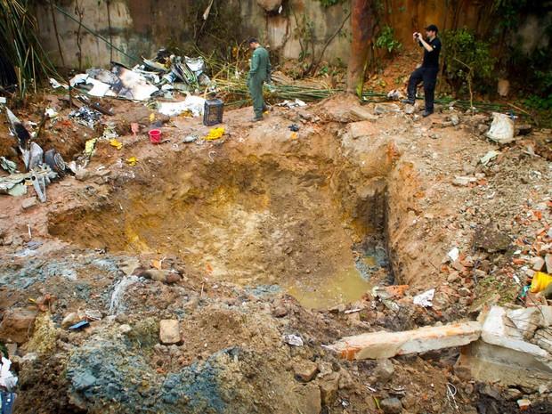 Buscas e trabalho de investigação seguem durante a manhã desta quinta-feira (14) após o acidente aéreo em Santos (Foto: Delamonica/Futura Press/Estadão Conteúdo)