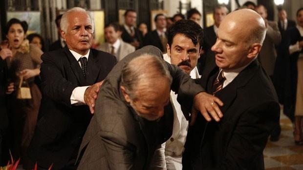 Ernesto agride e vai preso em Êta Mundo Bom! ( Inacio Moraes / Gshow)