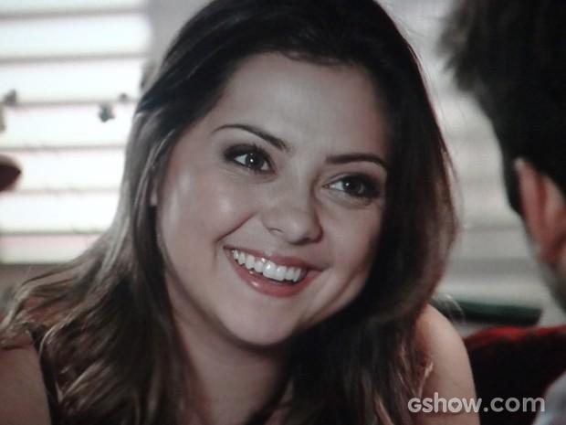 Bárbara não esconde alegria com as palavras de André (Foto: Em Família/TV Globo)
