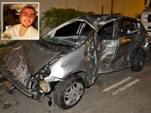 Carro dirigido pelo rapaz ficou completamente destruído (Foto: Edu Silva/Futura Press/Estadão Conteúdo)