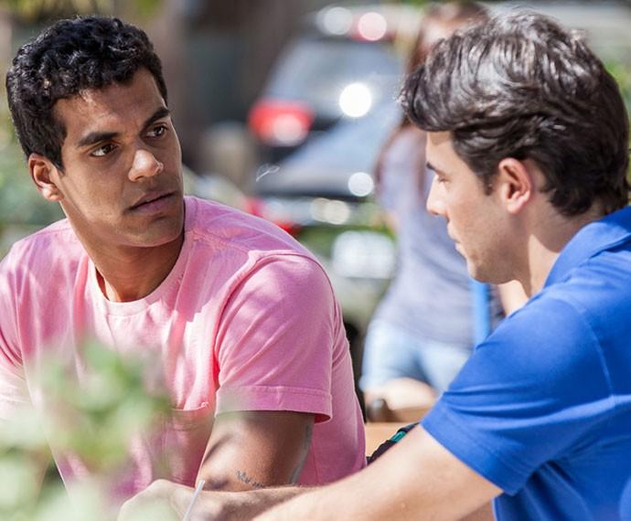 Ivan e Sérgio decidem ficar juntos para valer (Foto: Artur Meninea/ Gshow)
