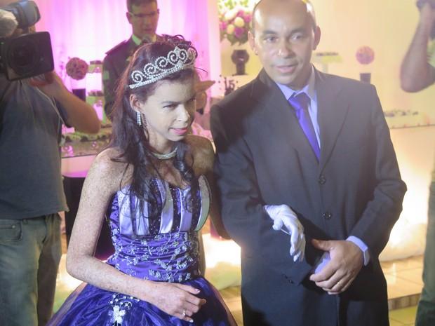 Ao lado do pai, Nayara exibe anel de formatura (Foto: Orion Pires/G1)
