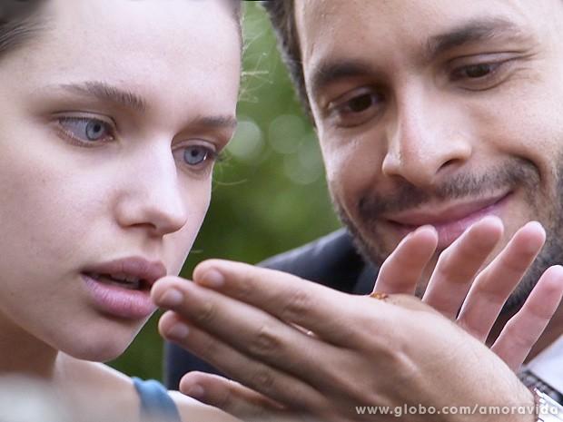 Linda e Rafael curtem o passeio no parque... (Foto: Amor à Vida / TV Globo)