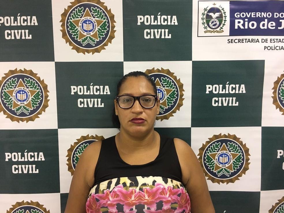 Adriana Santos Da Silva é suspeita de tráfico internacional de armas, segundo a Desarme (Foto: Divulgação/Polícia Civil)