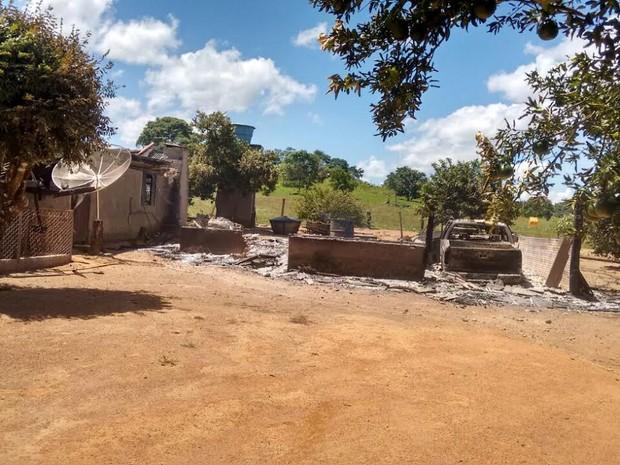 Casal foi encontrado morto em casa incendiada em sítio de Mato Grosso (Foto: Olhar Cidade)