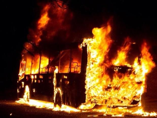 Ônibus incendiado em Formiga (Foto: Polícia Militar/ Divulgação)