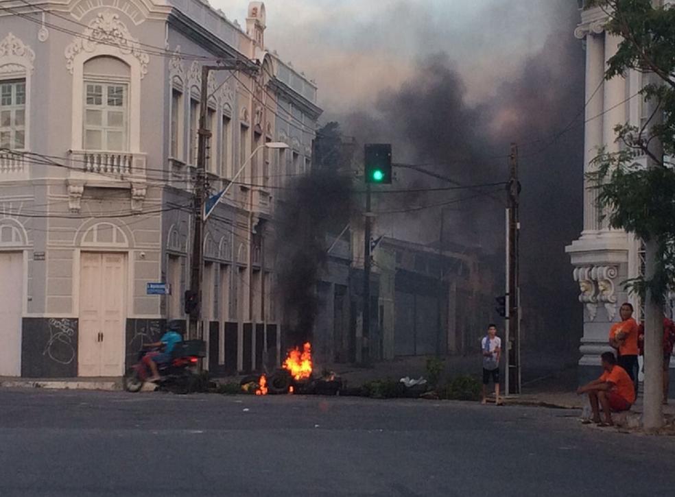 Manifestantes bloqueiam avenidas Alberto Nepomuceno e Leste-Oeste em Fortaleza (Foto: João Pedro Ribeiro/TV Verdes Mares)