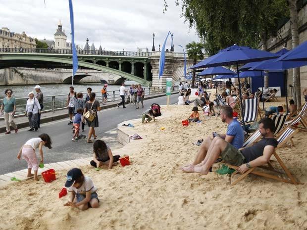 Iniciativa de praia às margens do rio Sena, em Paris, oferece esportes aquáticos e outras atividades gratuitas (Foto: REUTERS/Charles Platiau)