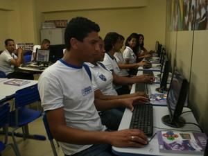 João Paulo utiliza o Centro de Apoio para pesquisas sobre o Enem.  (Foto: José Demetério/Ascom SEE)