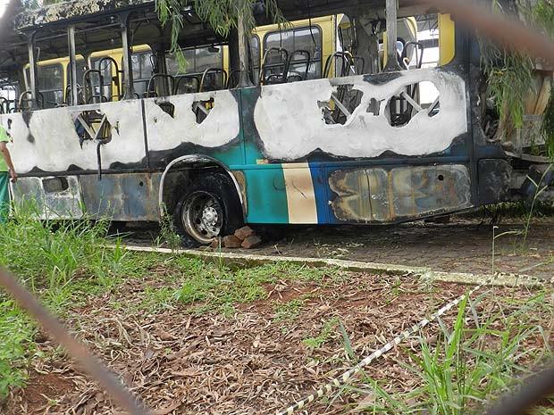 Ônibus coletivo é incendiado no Bairro Luizote em Uberlândia, MG (Foto: Caroline Aleixo/G1)