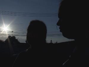 Mãe e filha foram rendidas por dois assaltantes  (Foto: Reprodução/TV TEM)
