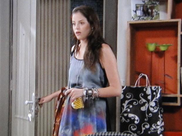 Ju aparece em casa e fica chocada com a cena (Foto: Malhação / Tv Globo)