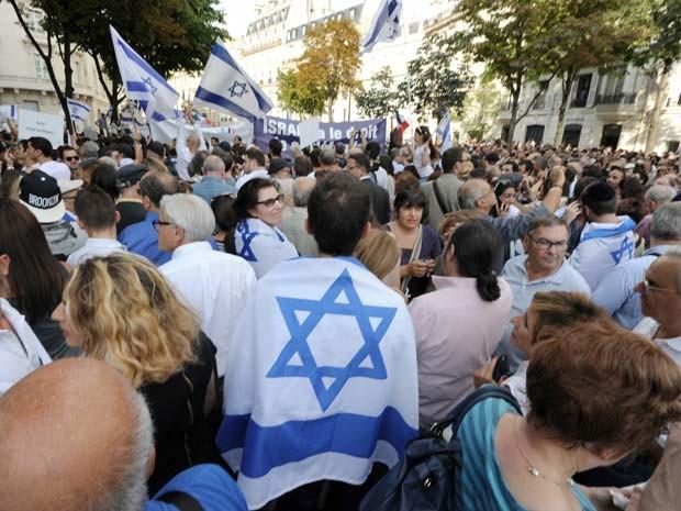Manifestantes saem às ruas de Paris nesta quinta-feira (31) para manifestar apoio a Israel no conflito com a Faixa de Gaza (Foto: AFP PHOTO / DOMINIQUE FAGET)