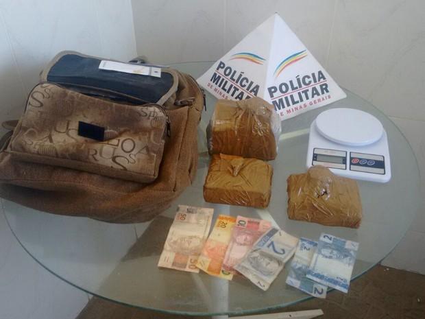 Droga estava na bolsa que era levada pelo suspeito (Foto: Polícia Militar/Divulgação)