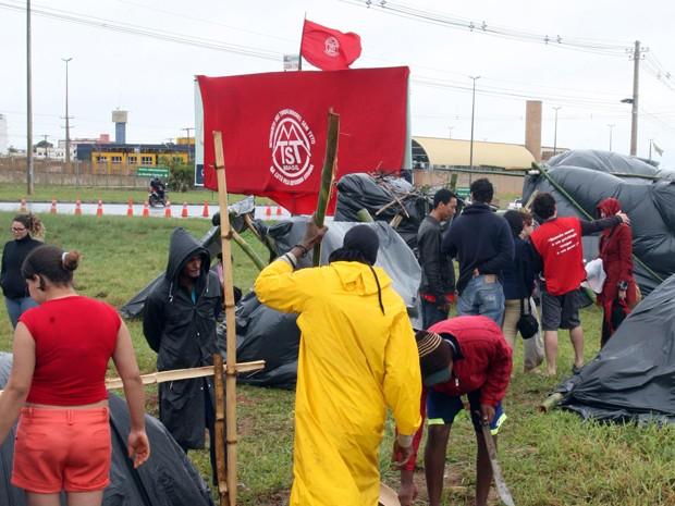 Integrantes do MTST ocupam terreno no Distrito Federal em protesto por moradia (Foto: Toninho Tavares/Agência Brasília)