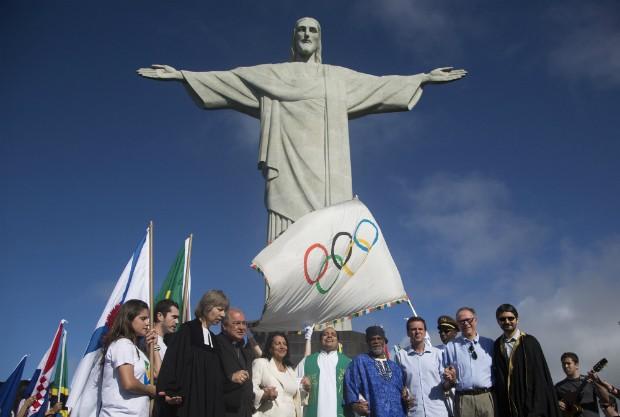 Bandeira olímpica no Corcovado (Foto: AP Photo/Felipe Dana)