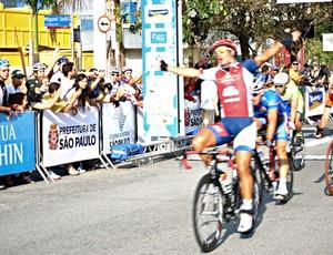 Francisco Chamorro chegada Volta ciclística (Foto: João Gabriel Rodrigues/GLOBOESPORTE.COM)