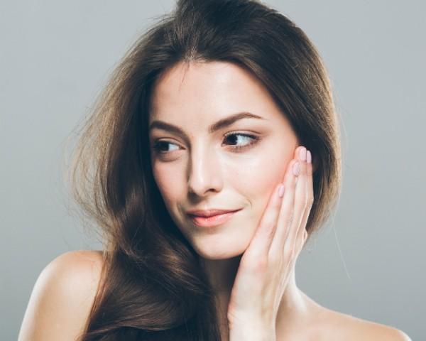 Chá verde, esfoliação e hidratação estão entre os truques que dermatologistas adotam para melhorar a própria pele (Foto: Thinkstock)