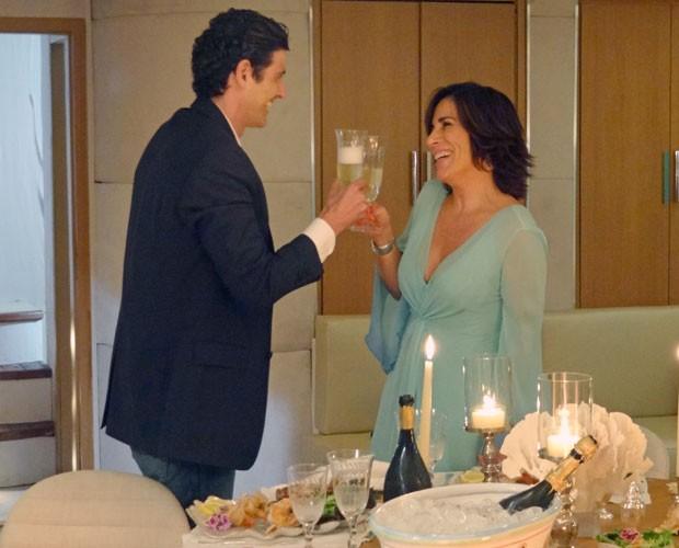 Me belisca! Roberta e Nando brindam durante jantar romântico. A empresária está nas nuvens!  (Foto: Guerra dos Sexos / TV Globo)