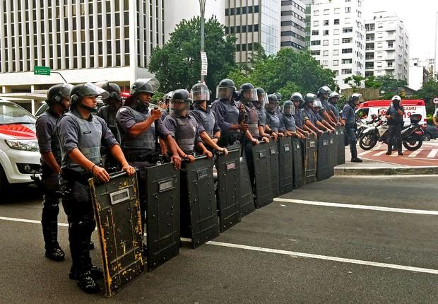 Polícia Militar reprime manifestação de universitários da USP, com bombas de efeito moral e gás lacrimogêneo (Foto: Fernanda Cruz/Agência Brasil)