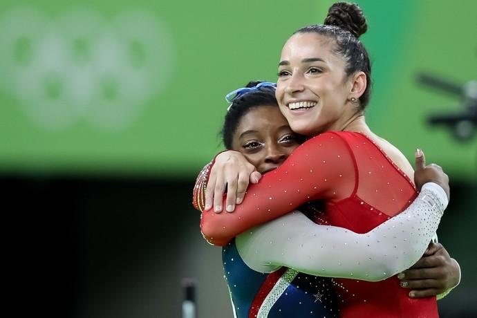 Simone Biles abraça Aly Raisman: americanas levaram ouro e prata (Foto: Ricardo Bufolin/CBG)