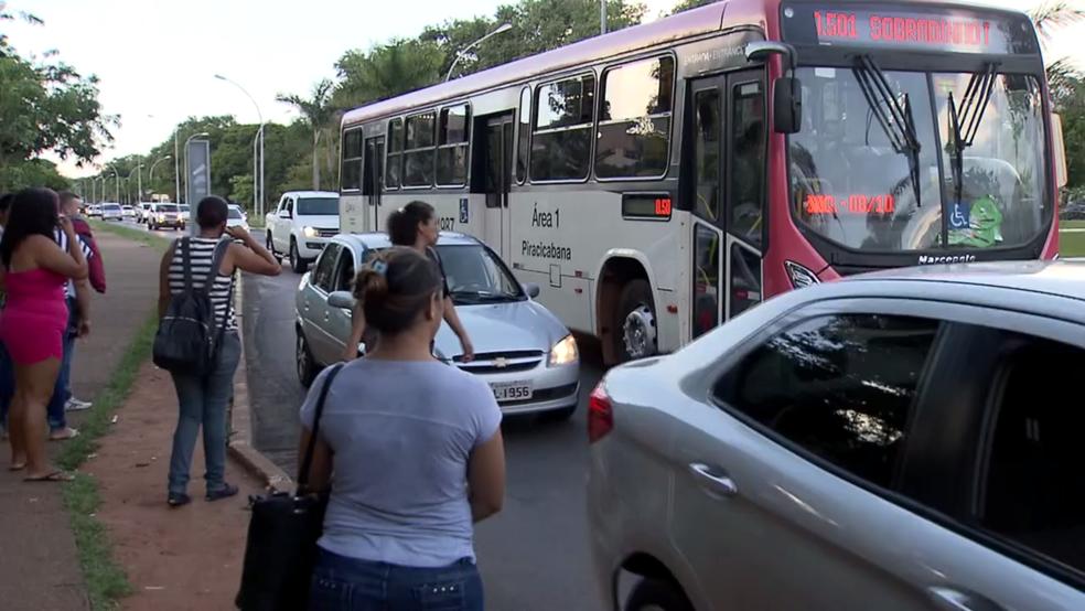 Ônibus não consegue estacionar no recuo da parada por causa dos piratas (Foto: Reprodução/TV Globo)