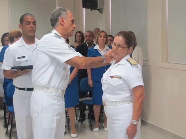 Dalva Maria Carvalho mendes recebe a nova platina do vice-almirante Celso Barbosa Montenegro (Foto: Janaína Carvalho)