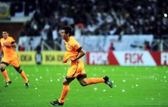 Nilton e Valdivia, do Inter, lutam por gol mais bonito com Marciel, do Timão